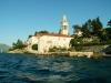 Pohled na klášter z paluby loďky