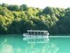 Motorová loďka převážející turisty v rámci přírodního parku