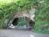 Jeskyně na protilehlém kopci od věže