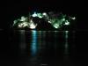 Noční fotka nasvíceného ostrova