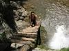 Dřevěný žebřík vedoucí nad vodopád